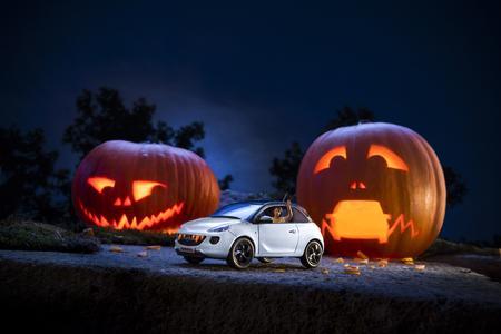 Schnittig, schnell und ein bisschen schadenfroh: So macht Opels erfolgreicher ADAM den Kürbis zum zahnlosen Tiger. Foto Adam Opel AG