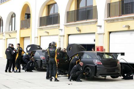 Erfolgreicher 24-Stunden-Test in Monteblanco mit zwei Rennversionen des Opel Astra OPC