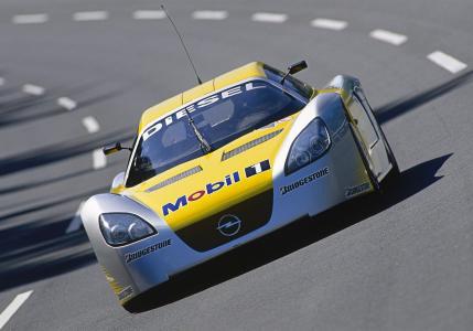 24-Stunden-Rekordfahrt im Opel Test Center: Im Jahr 2003 stellte Opel mit dem ECO-Speedster auf der Hochgeschwindigkeits-Rundbahn 17 internationale Rekorde auf
