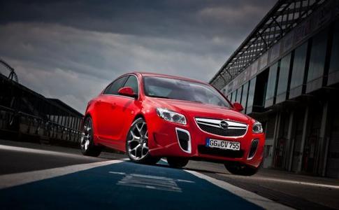 """Schneller ist keiner: Die 2011 präsentierte """"Unlimited""""-Version des 239 kW/325 PS starken Insignia OPC darf bis zu 270 km/h rennen – so schnell wie kein anderer Opel"""