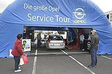 """Opel bringt mit der """"Opel Service Tour"""" die Autowerkstatt direkt zu den Kunden. Bis 20. Oktober sind die Service-Experten von Hamburg bis München unterwegs und  führen vor Ort kostenlose Fahrzeug-Checks an Opel-Modellen durch."""