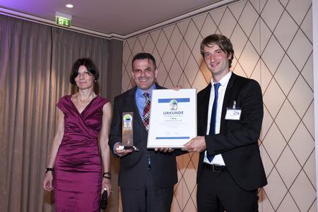 Preisverleihung: Opel- und Vauxhall-Nutzfahrzeugchef Steffen Raschig (Bildmitte) nahm die Auszeichnung für den Green Van 2015 von Birgit Bauer, Chefredakteurin Verkehrsrundschau, und Testredakteur Jan Burgdorf entgegen