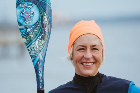 Tanja Miranda aus Eckernförde ist zertifizierte SUP-Trainerin und geht sehr gerne auch im WInter aufs Wasser. Hier genießt sie vor allem die Stille und die Ruhe. Bild: www.ostsee-schlesiwg-holstein.de