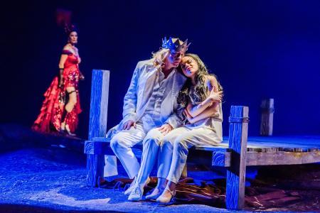 Premiere Oper Leipzig 03.12.17 von rechts Rusalka (Olena Tokar), Prinz (Peter Wedd), Fremde Fürstin (Kathrin Göring) © KirstenNijhof