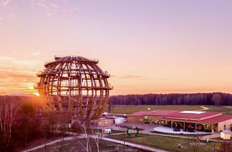 Erlebniskugel in der Abendsonne: Allein die Grundkonstruktion besteht aus rund 880 Kubikmetern Fichten- und Lärchenholz, rund 200 Tonnen Stahl, rund 40.000 Schrauben und 18.000 Bolzen und Stabdübeln / Foto: obx-news/inMotion Park
