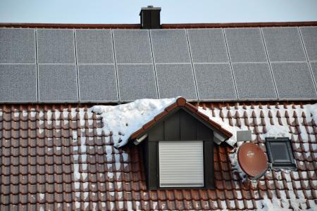 Selbst im Winter kann mit der PV-Anlage Eigenstrom produziert werden, da die glattflächigen Module den Schnee abrutschen lassen