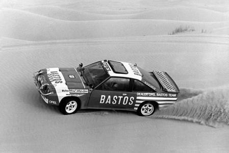 Rallye Paris-Dakar 1984: Guy Colsoul und Alain Lopes gewinnen auf Manta 400 die Klasse der zweiradgetriebenen Autos und werden hinter drei Allradlern Vierte im Gesamtklassement.