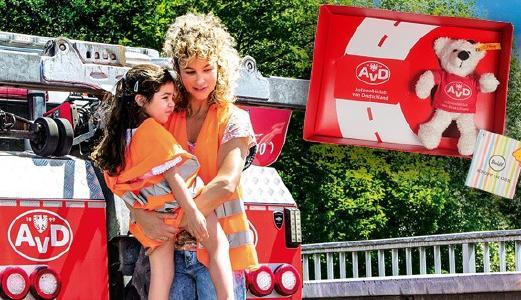 Mutter mit Kind vor AvD Pannenhelfer-Fahrzeug mit Insert der AvD Box
