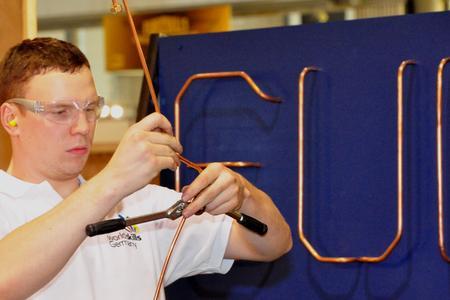 Volle Konzentration: Julian Walz beim Einzelwettbewerb der Kältetechniker bei den Europameisterschaften in Lille (Fotos: WorldSkills Germany)