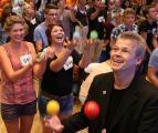 Jonglieren lernen mit merheren hundert Schülern gleichzeitig