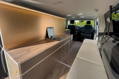 """Das Modul kann individuell konfiguriert werden. Die Abbildungen zeigt die Küche mit einer gebürsteten Kupferrückwand, LED Paket und Sitzpolster in der Farbkombination """"Espresso""""."""
