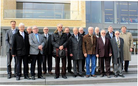 Prof. Dr. Alexander Schmehmann (1. von links) begrüßt die 14 Ehemaligen des ersten Abschlussjahrgangs zum 50-jährigen Jubiläumstreffens an der Hochschule Osnabrück