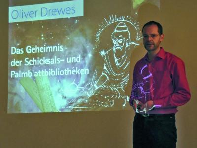 Vorträge von Oliver Drewes über sein Buch über und die Reisen zu den Palmblattbibliotheken waren so beliebt, dass sie in Köln, Rheinbach, Ersdorf und Brackenheim schon wiederholt wurden.