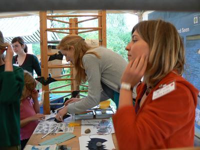 Die Praktikantinnen für die Umwelt 2007 Iris Richter, Sarah Bude und Claudia Krohn (v. l. n. r.) bei einem Aktionsstand anlässlich der Kratzeburger Fledermausnacht