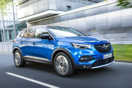 Bequemer geht's kaum: Das kabellose Aufladen des eigenen Smartphones via Wireless Charging machen Opel ADAM, Corsa, Crossland X, Grandland X (Foto) und Insignia möglich