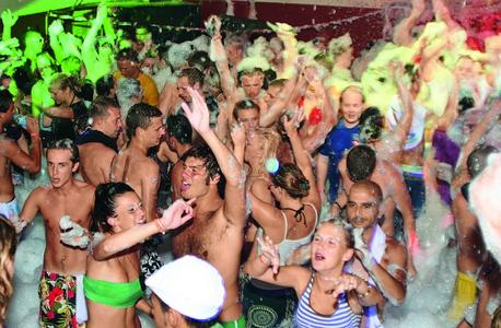 Discos, Partys und ein aufregendes Nachtleben. Junge alltours Gäste wohnen in Hotels mit dem Label Young & Trendy, wie zum Beispiel im Azuline Club Punta Arabi (3,5*) auf Ibiza