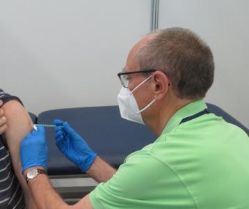 """""""Die Gefahr ist noch nicht gebannt"""", mahnt Dr. Erich Wranze-Bielefeld. Der ärztliche Leiter des Vogelsberger Impfzentrums appelliert an alle, sich impfen zu lassen, denn """"Corona kann man nicht abtun wie einen leichten Schnupfen"""" / Foto: Vogelsbergkreis"""