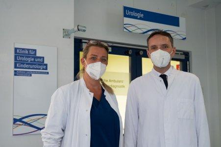 """(v. l. n. r): Dr. Ines Wissussek, leitende Oberärztin der Urologie, mit Privatdozent Dr. Christian Arsov, neuer Chefarzt der Urologie, vor der urologischen Ambulanz im """"Eli""""."""