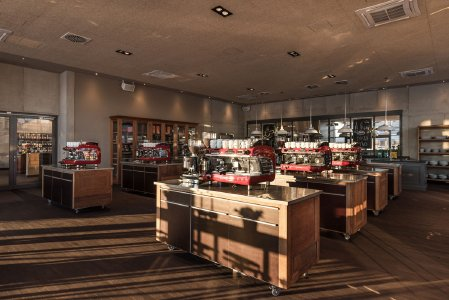 Der Kursraum der DINZLER Kaffeeakademie am Irschenberg bietet eine einzigartige Kursatmosphäre. Bis zu 8 professionelle Kaffeemaschienen stehen als Arbeitsplätze für die Kursteilnehmer bereit.