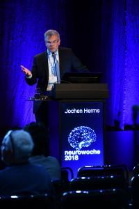Prof. Dr. med. Jochen Herms, Leiter des Zentrums für Neuropathologie und Prionforschung sowie Tagungspräsident der Deutschen Gesellschaft für Neuropathologie und Neuroanatomie (DGNN), erklärte auf der Neurowoche 2018 die Funktion der Mikrogliazellen (c) DGN/Pflug