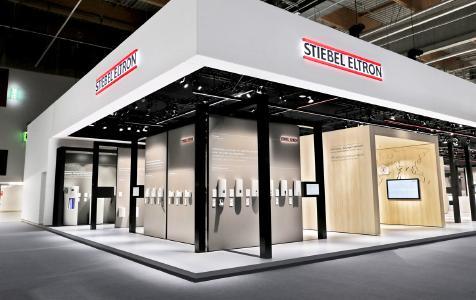 'Klare Linie' für erneuerbare Energie lautet die aktuelle Kampagne des Haustechnikherstellers STIEBEL ELTRON. Dieses Motto wurde auf dem 1.300-Quadratmeter-Stand konsequent umgesetzt