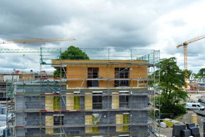 Fassade mit zwei WDVS: Soweit der Korpus der vier Freistil-Gebäude aus Beton besteht, ist er mit dem alsecco System basic umdämmt. Die 240 mm dicken EPS-Dämmplatten sind der Wärmeleitgruppe WLG 032 zuzurechnen. Das oberste Geschoss bildet ein aufgestocktes Penthouse in Holzrahmenbauart. Seine Außenwände ummantelt ein INTHERMO Holzfaser-WDVS mit HFD-Exterior Compact-Dämmplatten in 100 mm Stärke. In der Dämmebene sind die beiden miteinander arrangierten WDVS von alsecco und INTHERMO durch einen gebäudeumlaufenden Brandriegel aus Mineralwolle voneinander getrennt. Foto: Achim Zielke für INTHERMO, Ober-Ramstadt; www.inthermo.de