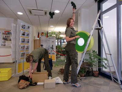 Karina Fennel und Sara Schuldt beim Aufbau der Exponate (Personen v. l.) / Foto:Nationalpark Kellerald-Edersee