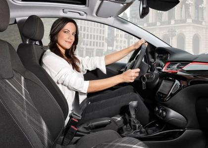 Bezaubernd: Bettina Zimmermann spielt neben Jürgen Klopp im neuen TV-Spot von Opel