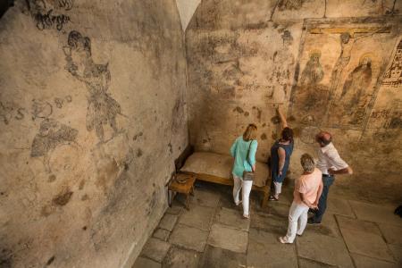 Gruppe bei einer Führung im Gefängnisraum des Wassertormuseums.