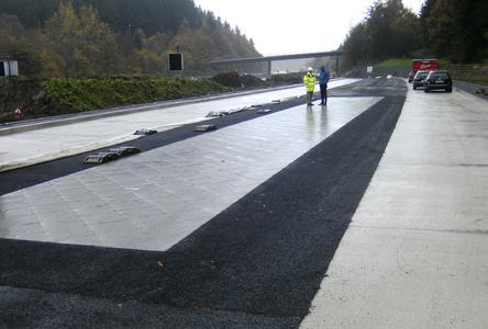 Untersuchungsstrecke aus Ultra-Hochleistungsbeton mit lärmarmer strukturierter Oberfläche auf einem Autobahn-Parkplatz (Bild: BASt)