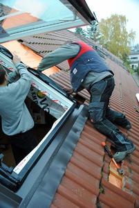 Die sorgfältige Ausführung von Wärmedämmung und Dachfenstereinbau entscheidet über das Wohnklima im Sommer und die Heizkosten im Winter.