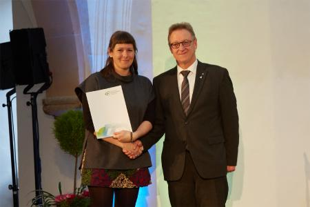Prof. Gerd Helget gratuliert Stefanie Bürger zum Abschluss ihres Referendariats © Hochschule Geisenheim