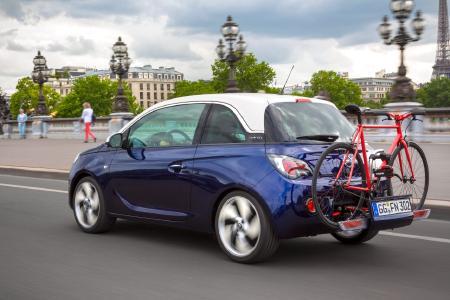 Stylisch und praktisch: Selbst der Lifestyle-Flitzer Opel ADAM kann dank integriertem FlexFix-Trägersystem ein bis zwei Fahrräder mit auf große Tour nehmen