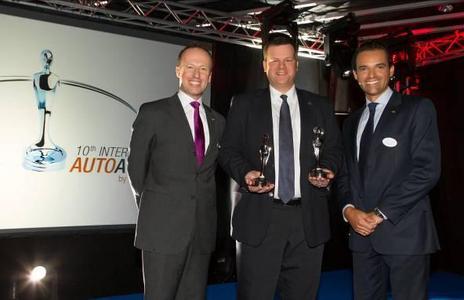 """Doppelsieg für Opel Ampera beim """"10. Internet Auto Award"""". Enno Fuchs, Director E-Mobility der Adam Opel AG (Mitte) nahm die Carolina-Trophäen für den Ampera bei der Verleihung des """"10. Internet Auto Award"""" von den AutoScout24 Geschäftsführern André Stark (links) und Alberto Sanz de Lama (rechts) entgegen. Der Ampera wurde in der Kategorie Elektrofahrzeuge ausgezeichnet und zusätzlich zum Gesamtsieger als """"Beliebteste Autoneuheit in Europa"""" gekürt"""