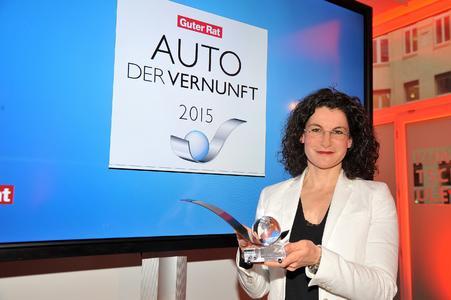 Auto der Vernunft 2015: Opel-Marketingchefin Tina Müller zeigt stolz die Auszeichnung für den neuen Corsa bei der Preisverleihung in Berlin. Foto: Adam Opel AG