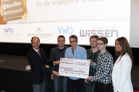 Hans-Christoph Gallenkamp vom Verein für Wirtschaftsförderung e.V (links) und Anja Thies von der Filmpassage Osnabrück (rechts) überreichten dem Siegerteam des Karriere-Clip Awards einen Scheck in Höhe von 1500 Euro