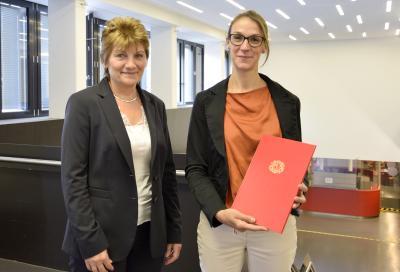 Prof. Dr. Annika Maschwitz und Kanzlerin Christiane Claus bei der Übergabe der Ernennungsurkunde / Foto: Hochschule Bremen / Sascha Peschke