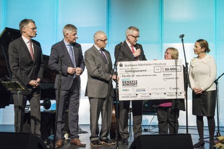 v. li.: Claus Bolza-Schünemann (Koenig & Bauer), Dr. Gunther Schunk (Vogel Business Media), Dr. Klaus Mapara (Krick), David Brandstätter (Main-Post), Ursula Weber (Halma e.V.) sowie Hülya Düber (Stadt Würzburg, Halma e.V.). Foto: Vogel Business Media/K. Heyer