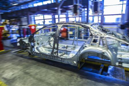 Karosseriebau made in Rüsselsheim: Die Presswerkzeuge können Dank hochmoderner Großteiletransferpressen in Minutenschnelle gewechselt werden