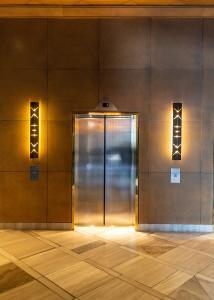Ästhetik im Aufzugbau: Mit der neuen CernoTex™ Beschichtung versiegelt Rimex Metals hochwertige Edelstahldesigns