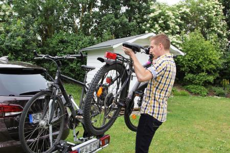 Ein Wiederholungsnummernschild mit dem amtlichen Kennzeichen des Pkw ist bei einem Fahrradträger auf der Anhängekupplung vorgeschrieben / Foto: ARCD