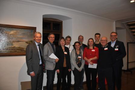 Landrat Michael Cyriax (links) und Markus Franz (rechts), Vorstandsmitglied, mit Vertretern einiger Vereine bei der Spendenübergabe in der Alten Kirchschule in Flörsheim
