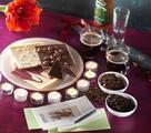 Lecker ...und zugleich dekorativ ist Schokolade! Angerichtet mit Kaffee und mehreren Teelichten mit dem RAL-Gütezeichen ist diese Dekoration nicht nur ein Augen-, sondern auch ein Gaumenschmaus! Tipp: Teelichte mit dem RAL-Gütezeichen garantieren die angegebene Brenndauer von mind. 4 Stunden! / Foto: GIES/Gütegemeinschaft Kerzen