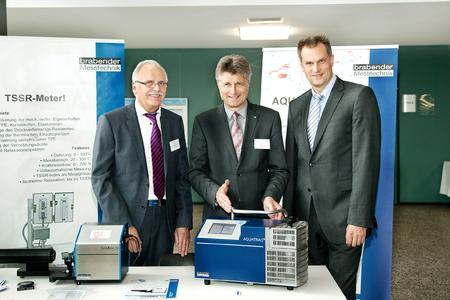 Dr. E.h. Fritz Brickwedde (Mitte) zusammen mit dem Vizepräsidenten der Hochschule Osnabrück Prof. Dr. Alexander Schmehmann (rechts) und dem Tagungsleiter Prof. Dr. Norbert Vennemann bei der Eröffnung der Fachausstellung