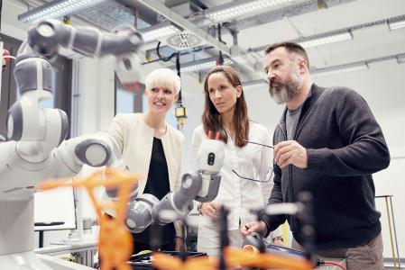 Derzeit absolviert der erste Jahrgang bei Continental in Frankfurt die passgenaue Weiterbildung zum Automotive-Software-Techniker — ein Berufsbild, das es bisher nicht gab. Foto: Continental AG