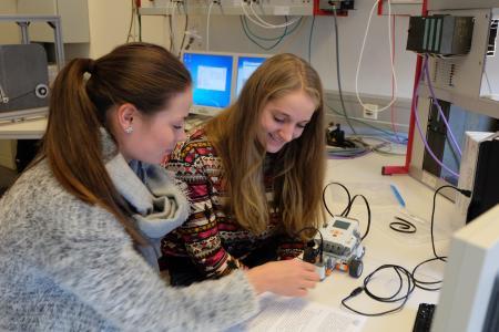 Im Niedersachsen-Technikum können sich junge Frauen mit Abitur oder Fachhochschulreife in technischen Berufen ausprobieren. Neben einem bezahlten Unternehmenspraktikum stehen Vorlesungen und Seminare an der Hochschule und die Universität Osnabrück sowie Besuche in Firmen und Laboren auf dem Programm / Foto: Niedersachsen-Technikum