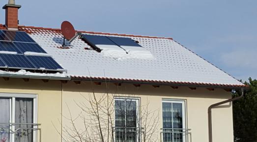 Auch als gut gemeinte Hilfe im Winter-Urlaubsdomizil sollte Schnee auf dem Dach oder der Solaranlage niemals in Eigenleistung entfernt werden