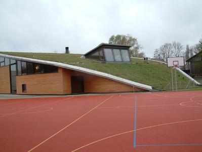 Mit einer Begrünung und Flächenentsiegelung integriert sich ein Gebäude harmonisch in sein Umfeld