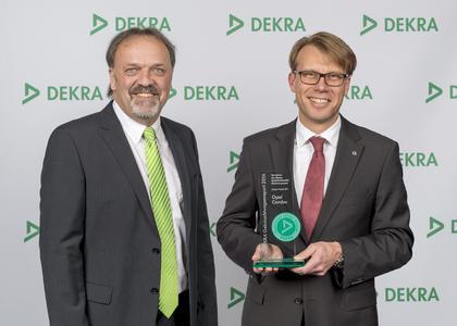 Bestens gelaunt: Erik Wakolbinger, Director Sales DEKRA SE, und Opel-Flottenchef Frank Hägele bei der Preisübergabe