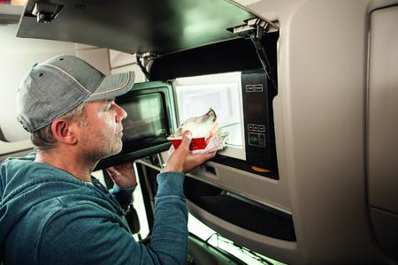 Durch die neue Lkw-Mikrowelle ist der Fahrer nicht auf den Stopp an einer Raststätte angewiesen, kann seine Zeiten individueller planen, Geld sparen und trotzdem gute Hausmannskost genießen